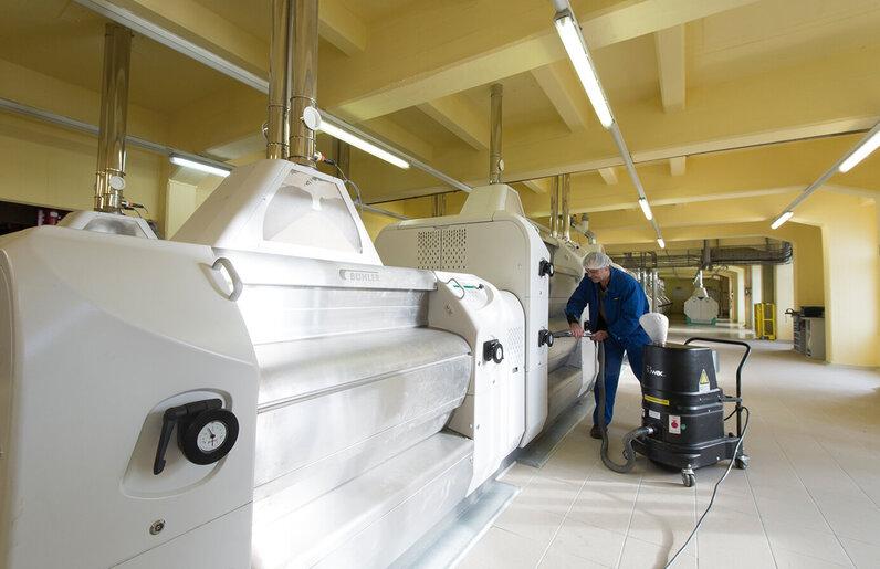 Ruwac Industriesauger DS1400 für den StaubEx-Bereich saugt Mehlstäube bei Aurora Mehl in Köln.