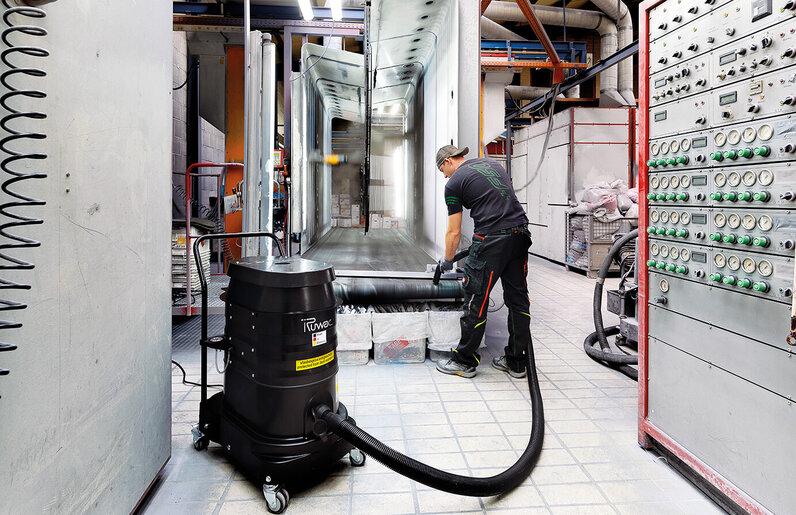 Ruwac Industriesauger WS2 für Zone 22 saugt Pulverbeschichtung bei Thiemt in Melle.