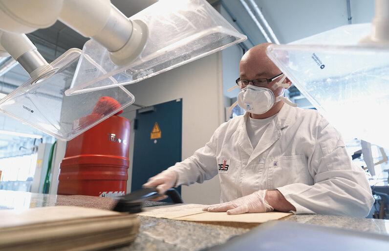 Ruwac Industriesauger DS1220 saugt Papierstäube und Pilze im Zentrum für Bucherhaltung in Leipzig.