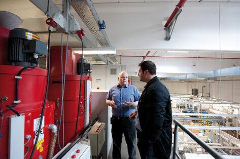 Продавец-консультант компании Ruwac GmbH демонстрирует клиенту оборудование