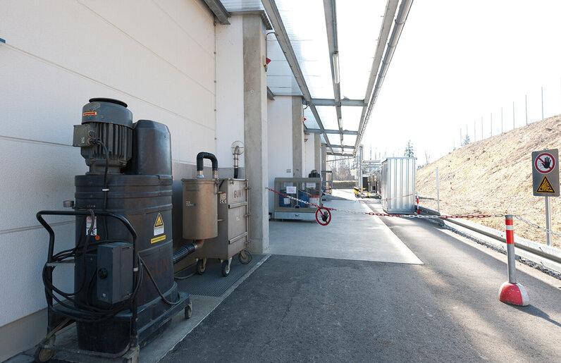 Ruwac Nassabscheider NA250 saugt Explosivstäube bei TRW Airbag Systems in Aschau.