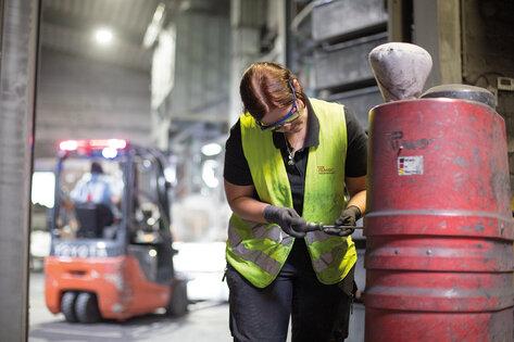 Ruwac Kundendienst Mitarbeiterin schraubt am Industriesauger beim Kunden vor Ort