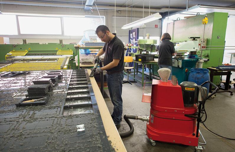 Ruwac Industriesauger mit Drehstromantrieb DS1 saugt Kunststoffstäube bei tec support in Bielefeld ab