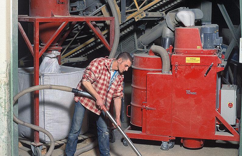 Ruwac Industriesauger DS4150 für den StaubEx-Bereich saugt Vermiculit Pressspan bei Kramer Progetha in Düsseldorf.