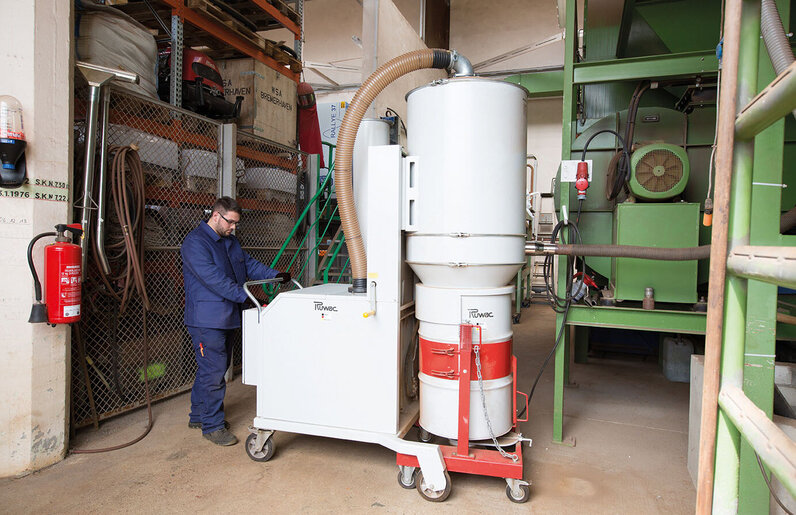 Ruwac Industriesauger DA5150 saugt Sandstrahlgut bei der Bremer Hafengesellschaft.