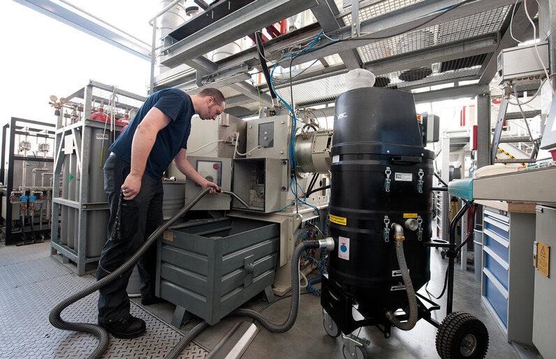 Ruwac Nassabscheider NA35 für den StaubEx-Bereich saugt Kunststoffstäube bei Neue Materialien in Nürnberg.