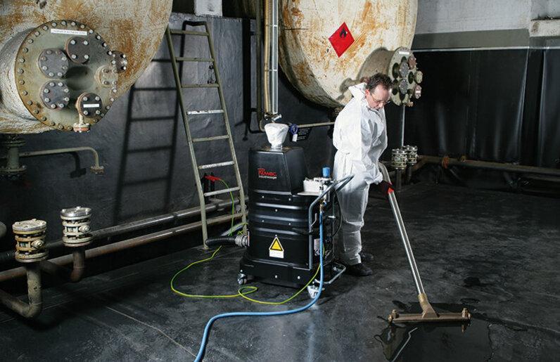Ruwac Industriesauger DLS1000 für den GasEx-Bereich saugt brennbare Flüssigkeiten in der Uniklinik Düsseldorf.