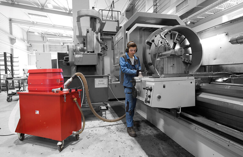 Ruwac Spänesauger SPS250 mit Wechselstromantrieb 2,4 kW saugt Metallspäne bei Haux in Cuxhaven.