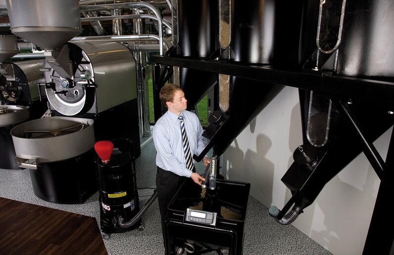Ruwac Industriesauger mit Drehstromantrieb DS1220 für den StaubEx-Bereich saugt Kaffeepulver in den Probatwerken in Emmerich auf