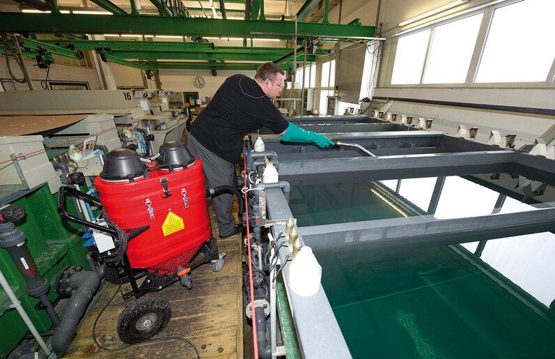 Ruwac Wassersauger WSP200 saugt Wasser bei Stüken in Rinteln.
