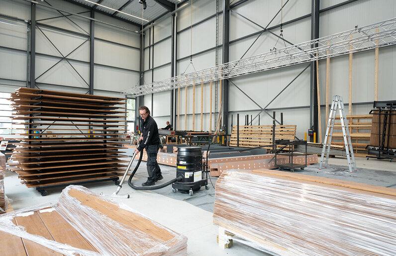 Ruwac Industriesauger WS2 für Zone 22 saugt Holzstäube in einem Hamburger Filmstudio.