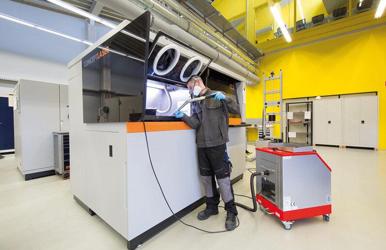 Ruwac Nassabscheider NA7-26 saugt beim 3D-Druck bei Conceptlaser in Hamburg.