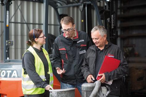 Ruwac Kundendienst bespricht die Wartung eines Industriesaugers