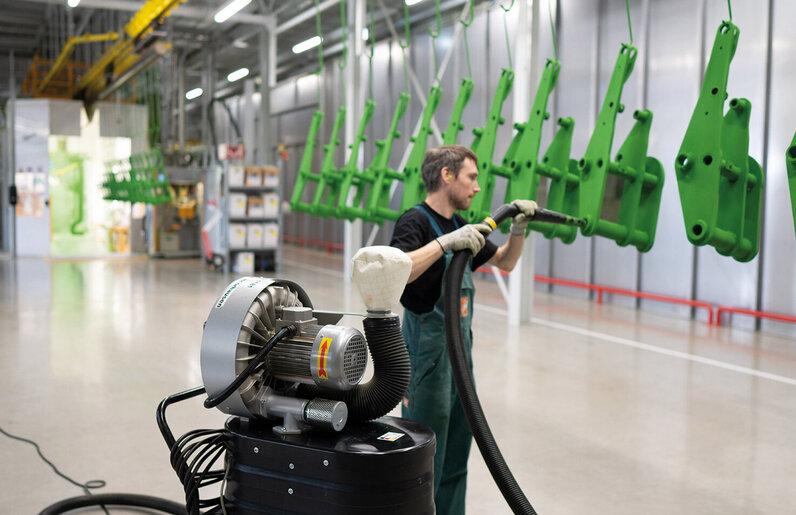 Ruwac Industriesauger DA1300 für Zone 22 saugt Pulverbeschichtung im Amazone Werk in Hude.