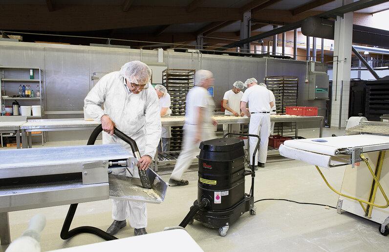 Ruwac Industriesauger WS2220 für den StaubEx-Bereich saugt Mehlstäube in einer Großbäckerei.