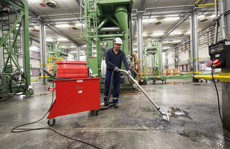 Ruwac Spänesauger SPS250 saugt Makrolonstäube bei Chemion in Uerdingen.