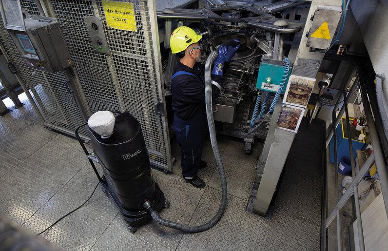 Ruwac Industriesauger mit Drehstromantrieb DS1 für StaubEx-Bereich saugt Farbpigmente bei Axalta