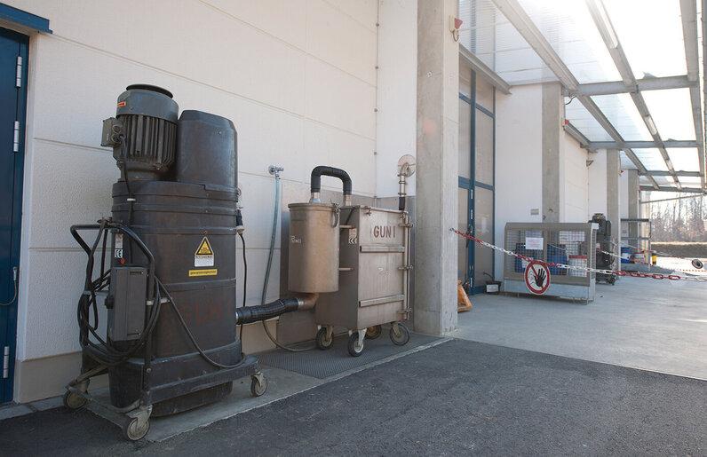 Ruwac Industriesauger DS2720 für den StaubEx-Bereich saugt explosive Stäube bei TRW Airbag Systems in Aschau.