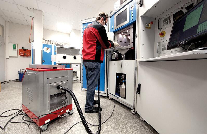 Ruwac Nassabscheider NA7-26 saugt beim 3D-Druck bei Realizer in Paderborn.