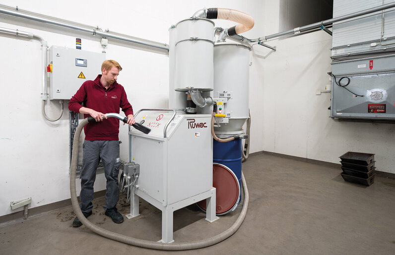Ruwac Industriesauger DA5150 saugt Knochenmehl im Krematorium in Hamburg.