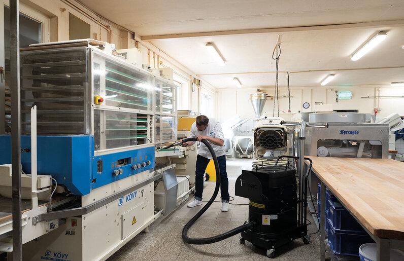 Ruwac Industriesauger WS2 für Zone 22 saugt Mehl bei der Bäckerei Igel in Hamburg.