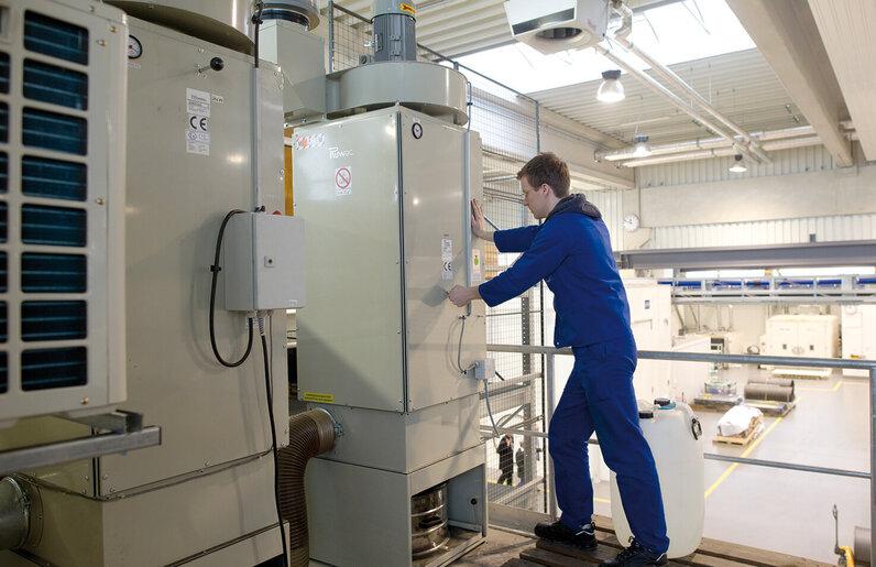 Ruwac Entstauber DS64000 saugt GfK- und CFK-Stäube bei Schunk in Heuchelheim.