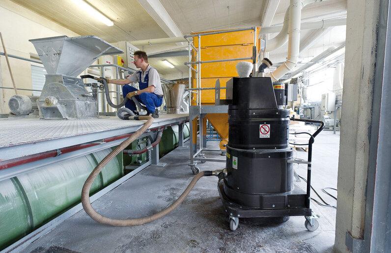 Ruwac Industriesauger mit Drehstromantrieb DS1220 für den StaubEx-Bereich saugt Kunststoffpigmente bei den Raschigwerken in Espenheim auf