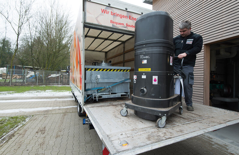 Ruwac Industriesauger DS2520 für den StaubEx-Bereich saugt Asche einer Biomasseheizung bei Bentheimer-Holz in Bad Bentheim.
