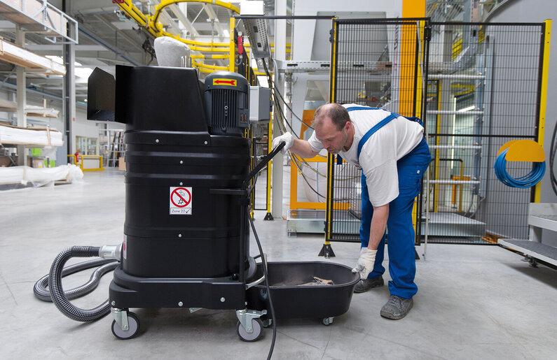 Ruwac Industriesauger DS1220 für den StaubEx-Bereich saugt Metallspäne bei Hörmann in Oerlinghausen.