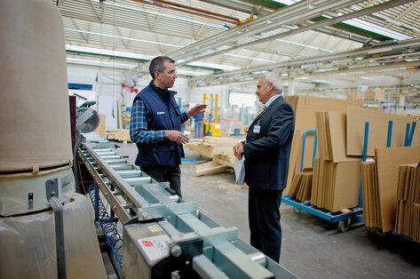 Продавец-консультант компании Ruwac GmbH общается с клиентом