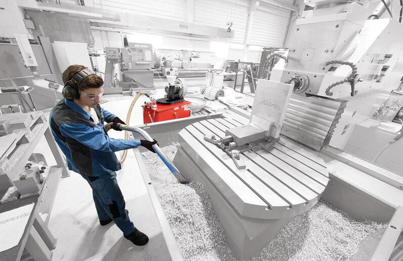 Ruwac Spänesauger SPS250 mit Direktantrieb 3,0 kW saugt Metallspäne bei Haux in Cuxhaven.
