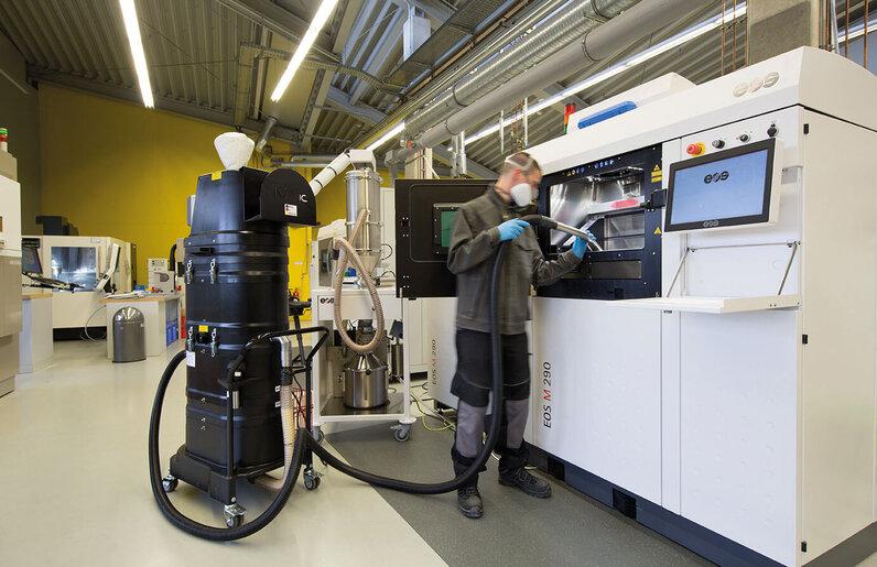 Ruwac Nassabscheider NA35 saugt beim 3D-Druck bei EOS.