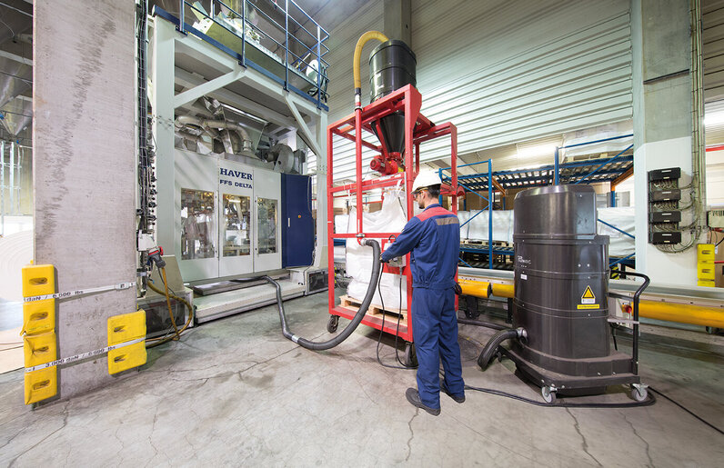 Ruwac Industriesauger DS2520 saugt Makrolon im Chemion Chemiepark in Uerdingen.